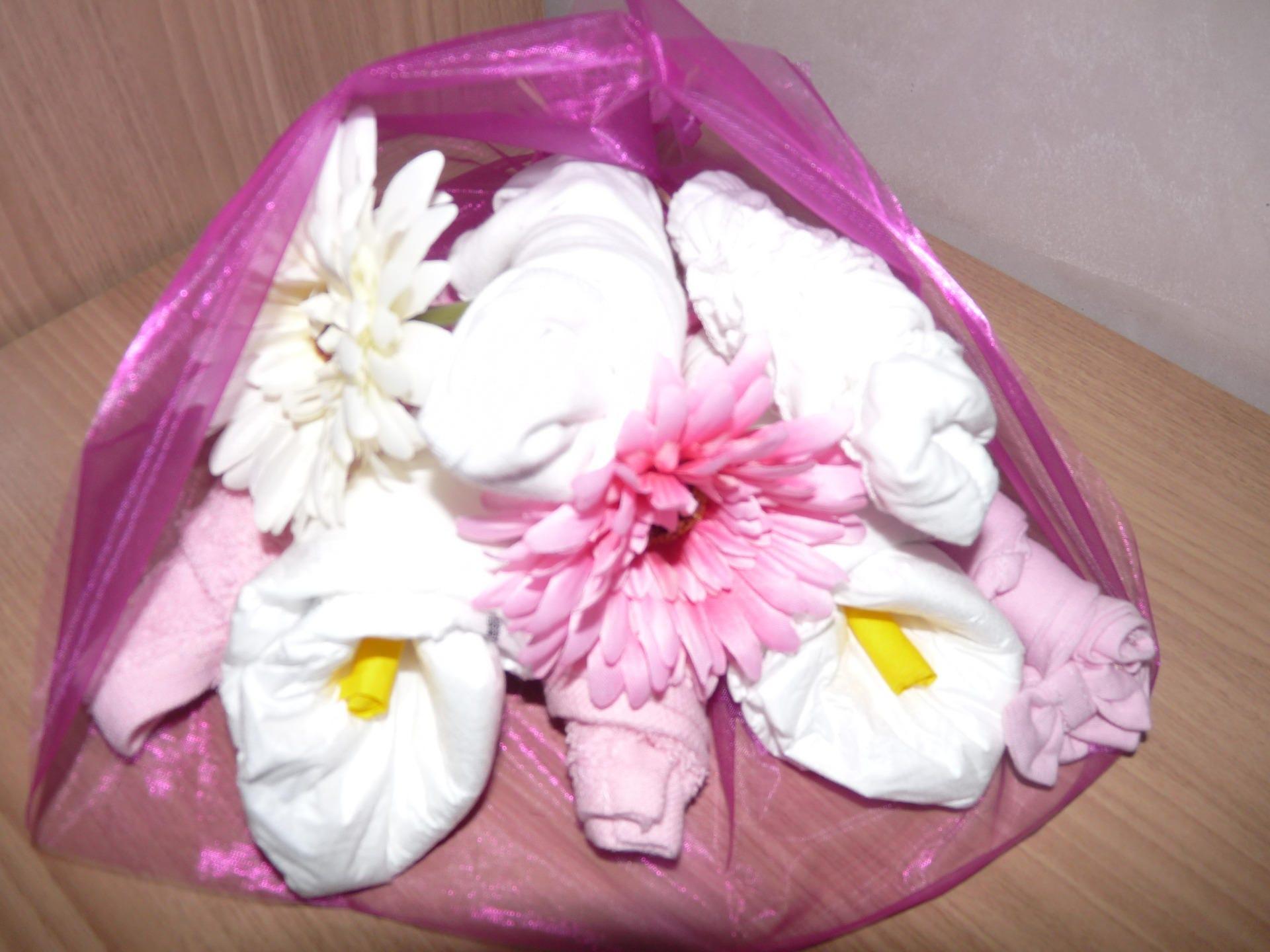 Cadeau de naissance bouquet de fleurs de couches for Bouquet de fleurs pour une naissance