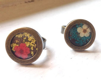 Adjustable ring with white brass pressed dried flowers