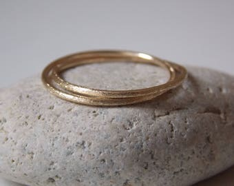 Fine gold rings for women. Interlaced rings with a sandblasted effect.