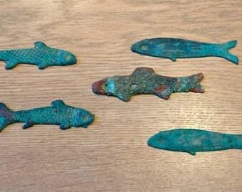 Cinq pièces de monnaie chinoises en forme de poisson de bronze - Five pieces of old Chinese bronze fish currency