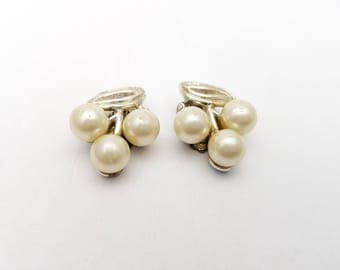 Vintage Clip on Earrings Cluster of Pearls Faux Pearls Stud Retro Clip-on Wedding Jewelry Feminine Classic Plant
