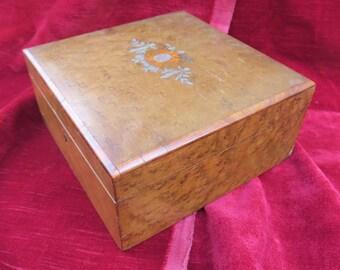 ancien coffret en marqueterie bois de rose et érable,d'époque fin XIX ème début XX ème,capitonné,old cabinet in marquetry rosewood and maple