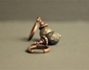"""Dormeuses """"boule à facettes"""" avec perles en verre facettée couleur kaki métallisée mat et mini perles"""
