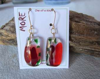Earrings glass iridescent gold with dark red, vermilion and green graphics