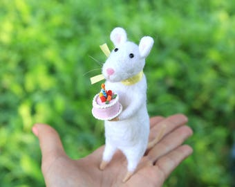 Birthday gift idea Needle Felted Mouse With Cake and Сandle Needle Felted Animals Home Decor White Mouse Miniature Toys Felt Sculpture