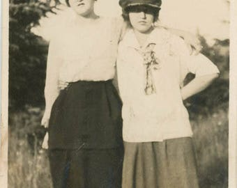 vintage photo 1917 Teenage Girls Jeff Caps Oregon Gals Affectionate