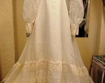 Vintage Wm Cahill Long Sleeve Ivory Lace Wedding Gown with Cap Veil A Line Button Cuffs and Back Size 12