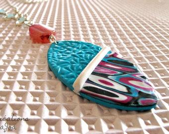 Sautoir avec agates,cristal et pendentif en Pâte polymère bleu et rose //   Long necklace with agates, crystal and polymer clay pendant