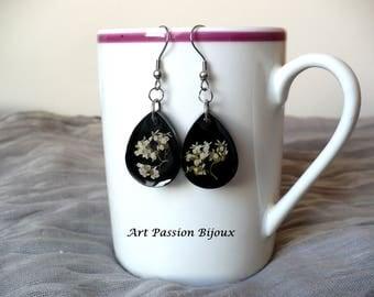 Resin earrings, white flowers in epoxy resin, dried flowers earrings, botanical jewelry, drop earrings, boho hippie earrings, 15% off ship