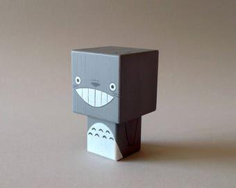 """Figurine cubique en bois décorative """"Totoro""""- peinte à la main (taille S)"""