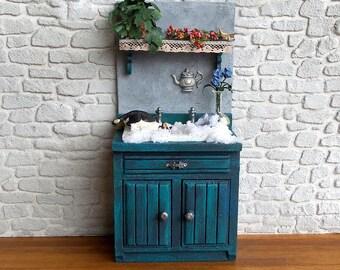 Miniature furniture, wood shelf, cat in sink with MOSS, miniature plant accessory Furniture Decoration Dollhouse scale 1: 12