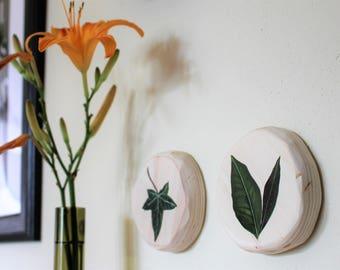 Botanical wall decoration, hand-painted Lemon leaf on plywood round, diameter 9 cm