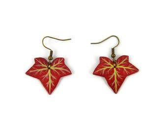 Boucles d'oreille feuilles de lierre pourpres, boucles d'oreille éco-responsables feuilles d'automne rouges en plastique peint (CD recyclé)