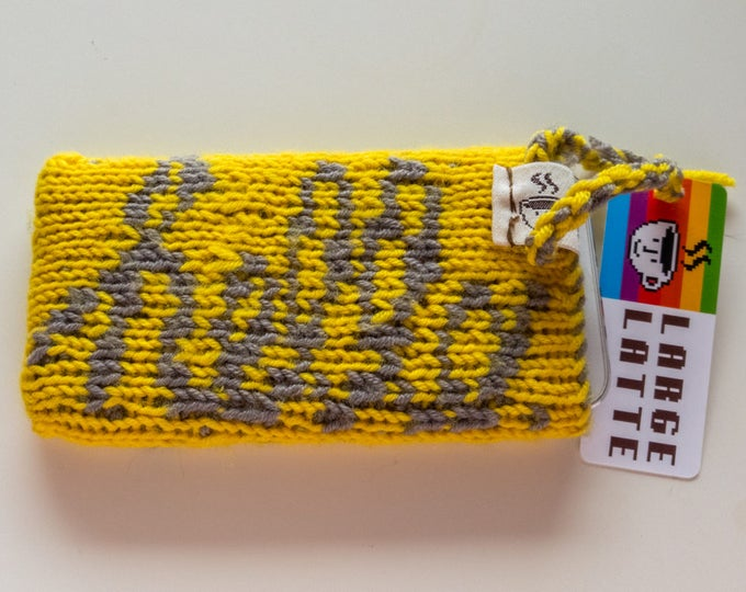 "iPhone SE sleeve ""Macintosh"" handknit in yellow and grey"