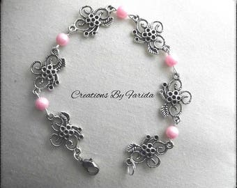 Bracelet curb chain with connector in the shape of flower and pink beads