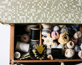 Side table w. drawer, magazine holder & wheels, Vintage 50s 60s sewing wheeled work plate top end, dark wood cubic design pattern beige grey