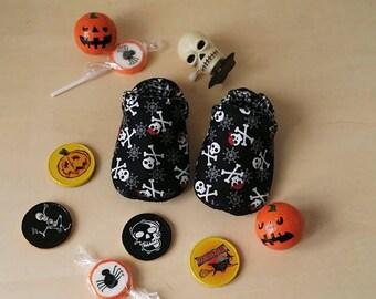 """Mon premier Halloween - Petits Chaussons souples bébé 0- 18 mois en cotton """" Tête de Mort / Pirate"""""""