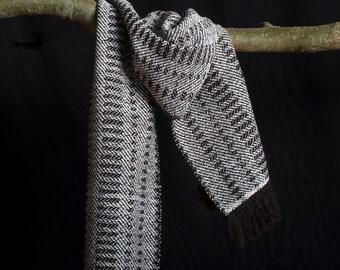Shawl, wol en katoen. ± 170 x 29 cm. Bruin en wit.