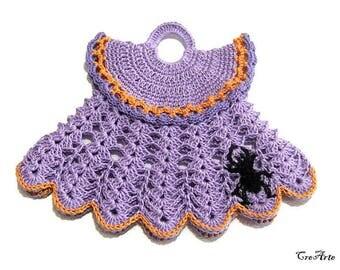 Purple Halloween crochet dress potholder with Black spider, presina vestitino lilla con ragno nero per Halloween all'uncinetto