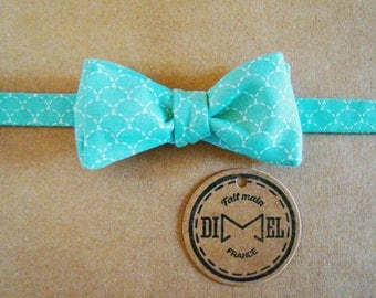 Bow tie green printed adjustable scales on command
