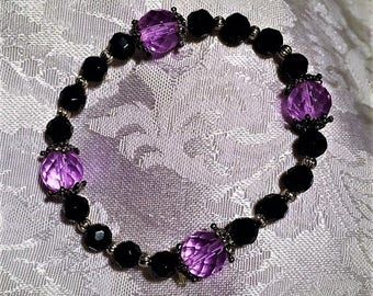 Pretty lavender crystal beaded bracelet. FREE shipping in the USA ! Gift box included!