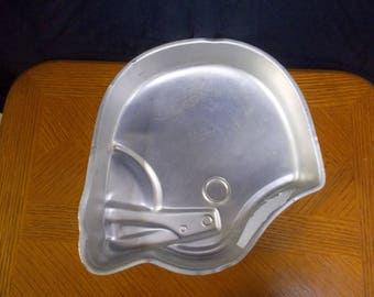 Vintage Wilton Ball Helmet from 1979 This pan has had lots of use it is still usable but it has some marks on it please check pics.