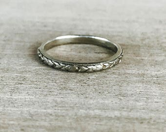 18k white gold vintage patterned band