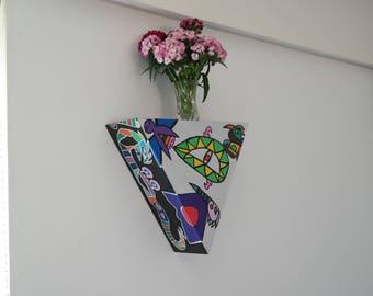 Decorative open triangle box; large.