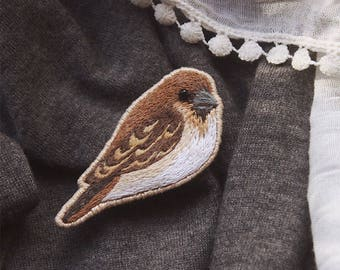 Brown bird | Sparrow | Embroidered brooch
