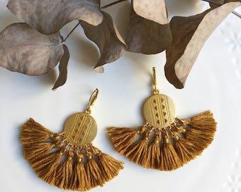 Boucles d'oreilles AYA dorées pompons camel