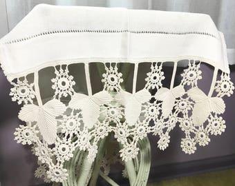 Vintage | Doily Table Runner | white