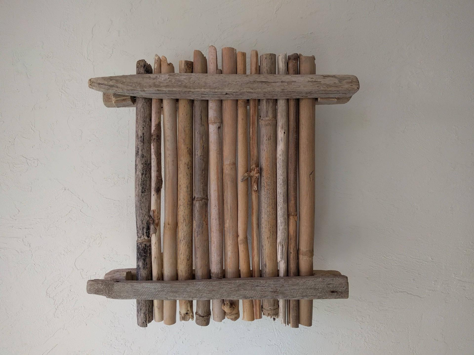 applique en bambou et bois flotté