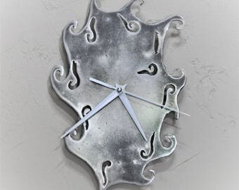a system with metal clock has quartz (ref P 01)
