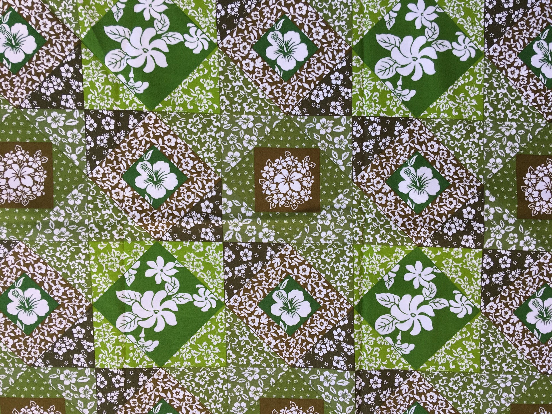 très joli tissu polynésien à motifs fleurs hibiscus