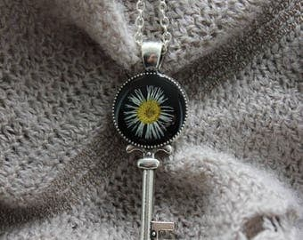 Chain 62 cm + pendant is small size resin and dried Daisy flower
