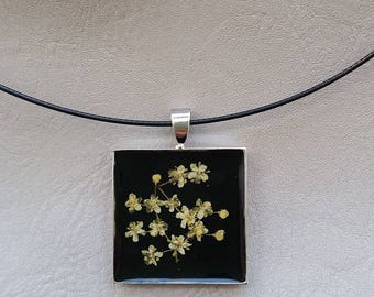 Necklace + square pendant in resin and dried elder flower