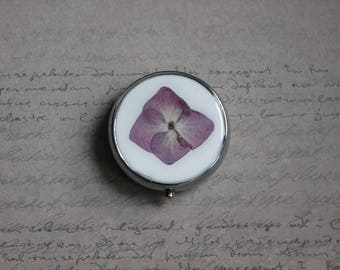 Pill box or small round box, 3 compartments covered with resin and a dried hydrangea flower