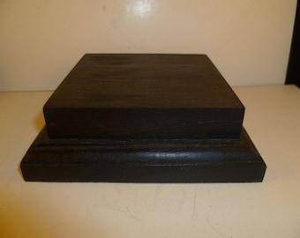 Socle carré bas en bois fabriqué avec du hêtre et du chêne.