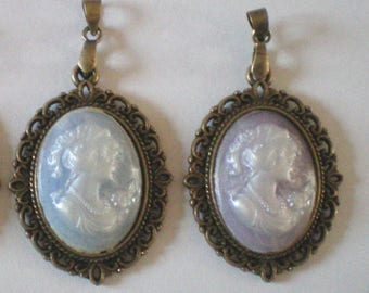 Pendant cameo synthetic light blue or purple - bronze - 35 x 25 mm