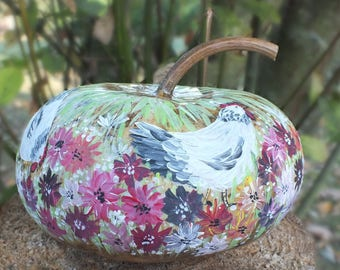 Dry coloquinte painted - pretty chickens Peck in the garden flowers