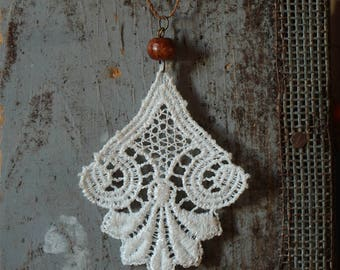 Collar necklace in white lace and wooden bead