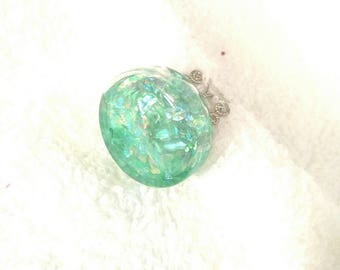 Round glass with green glitter ring