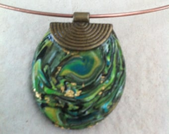 The brim of the neck with pendant black green gold