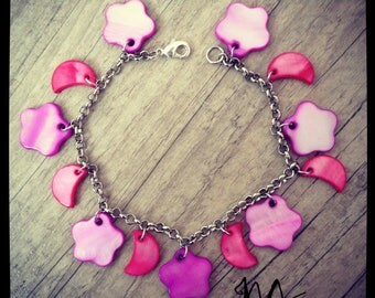 Silvery bracelet adorned with pretty mother of Pearl charm in shades of pink