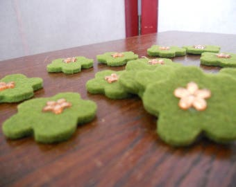 14 little green flowers to stick or sew