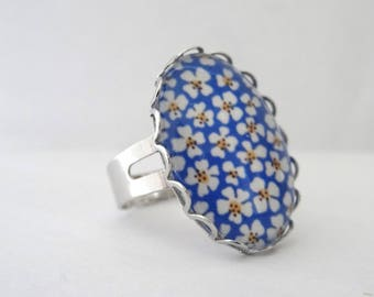 Ring cabochon yellow background and white daisies blue