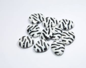 PE360 - Set of 10 black and white asymmetrical flat beads