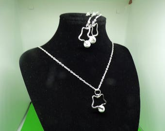 Set formed of a necklace and earrings with howlite bead