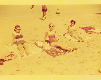 Vintage photo 1953 Kodakcolor Bathing Beauties Miami Florida 3 at Beach