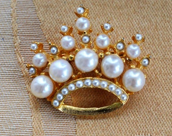 Faux Pearl Royal Crown Brooch, Gold tone, Vintage (AR6)
